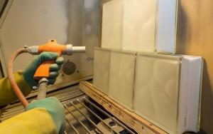 Startionäres Sandstrahlem im Auftrag in einer Strahkabine