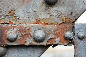 Rost an der Stahlkonstruktion einer Brücke mit dem Sandstrahl entfernen