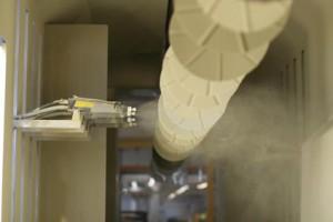 Das Feinstrahlen erfolgt in der Industrie automatisiert