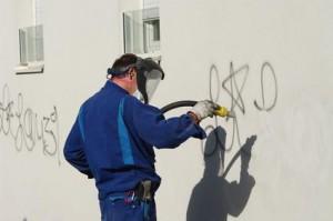 Per Sandstrahlen Graffitis entfernen