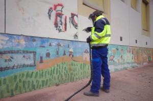 Die Entfernung von Graffitis erflogt oft durch Strahlen