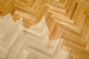 Oberflächen aus Holz können mit Sandstrahlen optimal gereinigt werden